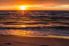 Tramonto sulla riva di mare, Immagine Stock