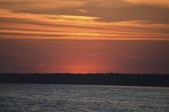 Tramonto sulla riva Il sole si è nascosto dietro la riva opposta Sera di estate fotografia stock libera da diritti