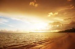 Tramonto sulla spiaggia Immagini Stock