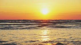 Tramonto sulla spiaggia stock footage