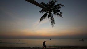 Tramonto sulla spiaggia all'isola di Phu Quoc, provincia di Kien Giang, Vietnam stock footage