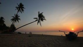 Tramonto sulla spiaggia all'isola di Phu Quoc, provincia di Kien Giang, Vietnam video d archivio