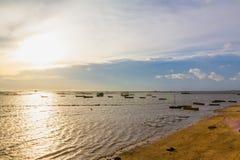 Tramonto sulla spiaggia allo sriracha, chonburi, Tailandia Immagini Stock