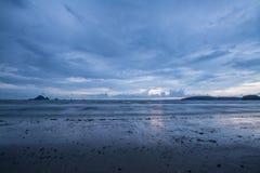 Tramonto sulla spiaggia Ao-Nang Krabi thailand immagini stock libere da diritti