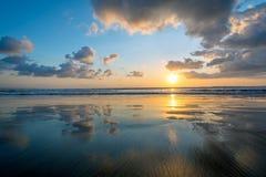 Tramonto sulla spiaggia in Bali Fotografia Stock Libera da Diritti