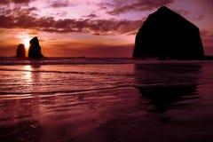 Tramonto sulla spiaggia del cannone, Oregon Fotografie Stock Libere da Diritti