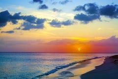Tramonto sulla spiaggia del mar dei Caraibi immagini stock libere da diritti