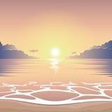Tramonto sulla spiaggia del mare Immagini Stock