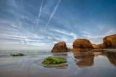 Tramonto sulla spiaggia di Las Catedrales fotografia stock