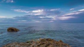 Tramonto sulla spiaggia fra le rocce vicino alla città di Denia Distretto di Valencia, Spagna archivi video