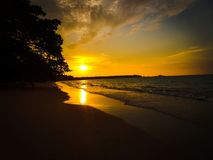 Tramonto sulla spiaggia sabbiosa fotografia stock