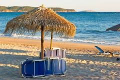 Tramonto sulla spiaggia sabbiosa Immagini Stock