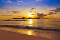 Tramonto sulla spiaggia tropicale - Seychelles Immagini Stock