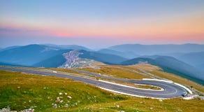 Tramonto sulla strada di bobina della montagna immagine stock libera da diritti