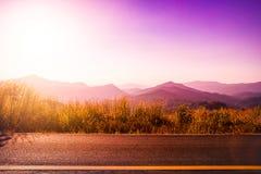 Tramonto sulla strada, fondo di bella vista del paesaggio della natura Fotografia Stock