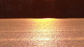 Tramonto sulla superficie del lago video d archivio