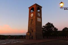 Tramonto sulla torre di orologio di Castelvetro in Di Modena di Castelvetro fotografie stock