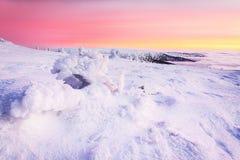 Tramonto sulle montagne di inverno Immagine Stock Libera da Diritti