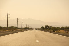Tramonto sulle montagne e sulla strada diritta 40 in Argentina Immagine Stock