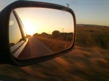 Tramonto sullo specchio di automobile fotografie stock libere da diritti