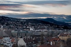 Tramonto superbo di Budapest con il cielo arancio immagini stock libere da diritti