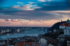 Tramonto superbo di Budapest con il cielo arancio fotografie stock