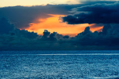 Tramonto tempestoso dell'oceano Immagini Stock