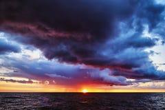 Tramonto tempestoso fantastico sul Mar Baltico immagine stock