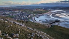 Tramonto Timelapse sopra la città costiera di Lingua gallese video d archivio