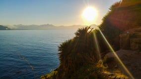 Tramonto tropicale dal mare Fotografia Stock