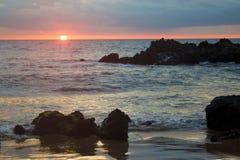 Tramonto tropicale della spiaggia Immagini Stock