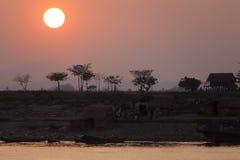 Tramonto tropicale lungo Irrawaddy immagini stock libere da diritti