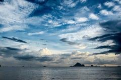 Tramonto tropicale tempestoso spettacolare Fotografia Stock