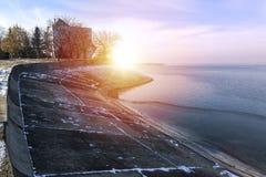Tramonto un giorno di inverno alle rive del lago Morii su Bucarest, ROM fotografia stock libera da diritti