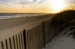 Tramonto in un giorno di novembre, alla spiaggia New York di Hamptons immagine stock