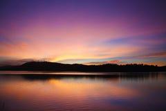 Tramonto in un lago Immagini Stock Libere da Diritti