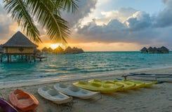 Tramonto in una spiaggia in Bora Bora Fotografia Stock Libera da Diritti