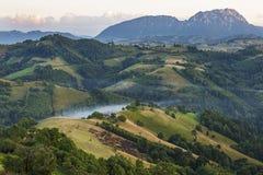 Tramonto variopinto con il paesaggio della montagna di estate, la Transilvania, Romania Immagine Stock Libera da Diritti