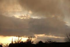 Tramonto variopinto con le nuvole di tempesta Fotografia Stock