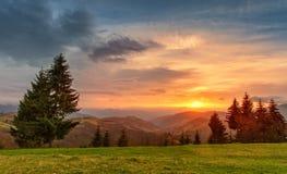 Tramonto variopinto della primavera Colline verdi Paesaggio della sorgente Fotografia Stock