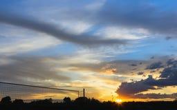 Tramonto variopinto di estate con le nuvole pittoresche fotografie stock libere da diritti