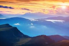 Tramonto variopinto di estate nelle alpi della dolomia Vista di sera dalla F Immagini Stock