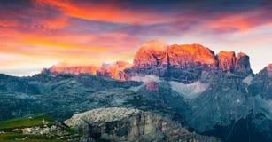 Tramonto variopinto di estate sulla catena montuosa di Gruppo del Cimonega Immagini Stock Libere da Diritti