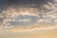 Tramonto variopinto e luce solare fotografia stock