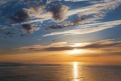 Tramonto variopinto luminoso sopra il mare fotografia stock