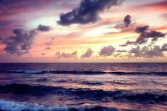Tramonto variopinto sbalorditivo fantastico dal mare, dalle onde e dal sunligh fotografia stock
