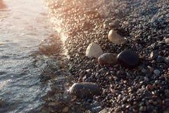 Tramonto variopinto scenico alla costa di mare buona per la carta da parati o l'immagine di sfondo Fotografia Stock Libera da Diritti
