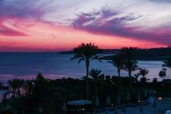 Tramonto variopinto in Sharm el-Sheikh sopra il centro balneare sul Mar Rosso fotografia stock