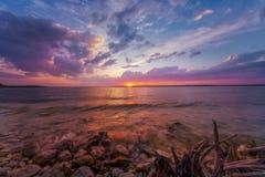 Tramonto variopinto sopra il lago fotografie stock libere da diritti