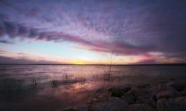 Tramonto variopinto sopra il lago fotografia stock